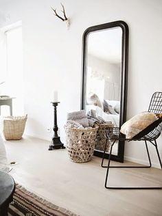 Tendance déco du moment, les grands miroirs posés à même le sol vous permettent de vous faire belle de la tête aux pieds mais aussi d'agran...