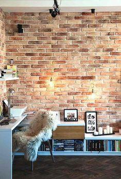 bureau à la maison style industriel: ampoules, mur en brique et fausse fourrure