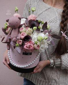 Flowers & her. Hat Box Flowers, Flower Box Gift, Flower Boxes, Paper Flowers, Deco Floral, Arte Floral, Floral Design, Artificial Flower Arrangements, Artificial Flowers
