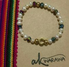 Perlas de rio con cristales swarovski y dije en letra C con bolas doradas de acero bañado en oro