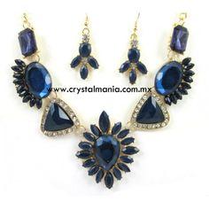 Set de collar y aretes en base dorada con cristales y detalles en color azul rey estilo 30516
