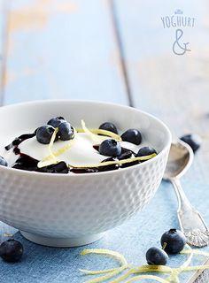 Blåbær+&+Revet+sitronskall - Se flere spennende yoghurtvarianter på yoghurt.no - Et inspirasjonsmagasin for yoghurt. Marie Antoinette, Yogurt, Breakfast Recipes, Pudding, Lunch, Drinks, Eat, Tableware, Desserts