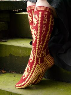 """ Sock patterns available here: Slytherin, Ravenclaw, Hufflepuff, Gryffindor "" Crochet Socks, Knit Or Crochet, Crochet Crafts, Crochet Clothes, Knit Socks, Knitted Slippers, Crochet Granny, Tricot Harry Potter, Harry Potter Crochet"