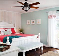 peinture vert menthe et lambris bois blanc dilué dans la chambre à coucher campagne chic