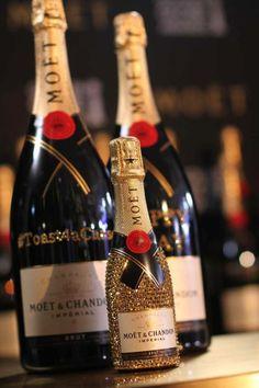 Glitzy champagne - The miniature bottle supercute.