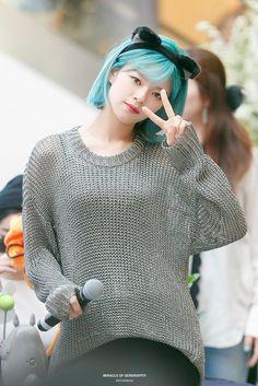 God is indeed a woman Twice Jungyeon, Twice Kpop, Nayeon, South Korean Girls, Korean Girl Groups, Bright Blue Hair, Fandom Kpop, These Girls, Ulzzang Girl