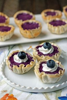 These easy 20 minute Blueberry Cheesecake Mini Tarts are sweet, flavorful, and just 31 calories or 1 Weight Watchers SmartPoint each on all 3 WW plans! Cheesecake Fruit Dips, Cinnamon Cheesecake, Chocolate Raspberry Cheesecake, Healthy Cheesecake, Lime Cheesecake, Cheesecake Recipes, Ww Desserts, Healthy Desserts, Dessert Recipes
