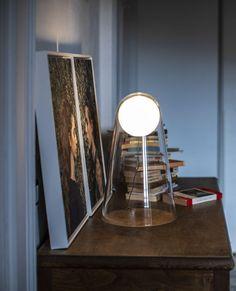Satellight de @foscarinilamps est une sphère lumineuse fluctuante comme suspendue dans le vide. Une cloche de verre soufflé la protège et retient le globe de qui semble sur le point de prendre son envol dans l'espace. visitez notre site web pour plus de détails. Home Office Lighting, Cloche, Site Web, Vide, Lighting Ideas, Point, Home Decor, Light Globes, Blown Glass