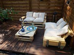 comment faire un salon de jardin en palette de bois avec table palette et canapés palettes avec accoudoir sur une terrasse bois exterieure