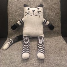 Sewing Toys Monochrome wooly kitten available in our Etsy store Knitted Animals, Sock Animals, Clay Animals, Crochet Hook Set, Crochet Toys, Loom Knitting, Baby Knitting, Monochrome Nursery, Handmade Soft Toys