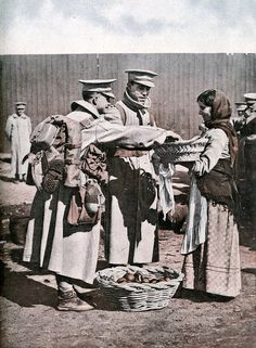 Portuguese Soldiers buying fruit before departing to France - WW 1 History Of Portugal, Flanders Field, War Photography, World War One, Old Postcards, History Facts, Military History, Wwi, Historical Photos