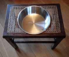 Heb je een brocante keuken? En een hond? Dan is deze voer/water bak iets voor jou!  Een Vintage Engels bijzettafeltje omgetoverd tot een unieke voer/water bak voor de hond!  Een hogere voerbak maakt het voor de middelgrote en grote hond een stuk comfortabeler om te eten! En het blijkt ook beter te zijn voor de hond!  Afmetingen krukje ca. 32 x 48 cm. Hoogte 43 cm  € 17,50  cats&dogs@kayleys.nl