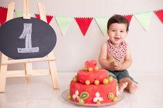 """Olá,     Vocês conhecem o ensaio """"Smash the fruit""""? É uma sessão para comemorar o primeiro aniversário do bebê. Trocamos o bolo por frutas. É uma ótima opção pros pais que não querem dar doce pra criança  ou sabem que ela não vai gostar de se melecar tanto.    Esse bebezinho fofo é o  Enzo, o ..."""