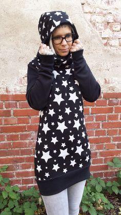 """Unser Sternen Hoodie-Kleid """"Sam"""" ist aus leichtem, etwas dehnbaren, kuschelweichen Sweatshirtstoff. """"Sam"""" ist körpernah und hat dennoch eine gemütliche Passform.  Die Länge des Kleides geht bis..."""