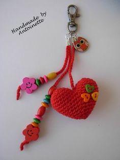 llavero de corazón y cuentas en crochet