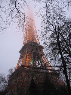 Simon Forsyth - Eiffel tower in fog (https://www.flickr.com/photos/neoporcupine/391887822)
