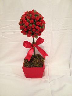 Topiaria para centro de mesa de casamento feita com mini rosas vermelhas artificiais.