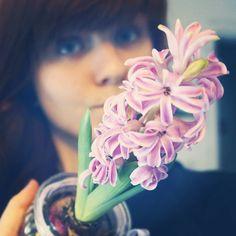 Takie coś mi zakwitło. Dysonans poznawczy czo ta roślina zima jest!   #wwwlosypl #napieknewlosy #spring #kwiaty #now #kwiat #wiosna #zima #winter #decorations #pink #wlosy #włosy #zapuszczamy #hiacynt