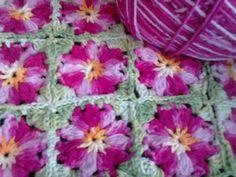 Almofada colorida em croche