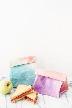 DIY Watercolor Art Lunch Bag for Back to School - Lunch Bag - Ideas of Lunch Bag - Tired of brown-bagging it? Why not ombre-bag it with watercolor lunch bag Do It Yourself Upcycling, Boite A Lunch, Crafts For Kids, Diy Crafts, Creative Crafts, Fall Crafts, Watercolor Art Diy, Mollie Makes, Diy Projects To Try