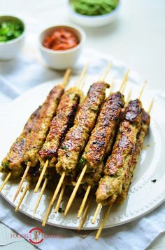 chicken kabob marinade Chicken Seekh Kabab is a tender, juicy, delicate Chicken Kabab made with subtly flavored chicken keema or chicken mince. These chicken skewers make a fabul Seekh Kebab Recipes, Seekh Kebabs, Kabob Recipes, Appetizer Recipes, Party Appetizers, Indian Appetizers, Veg Recipes, Chicken Appetizers, Chicken Kabobs