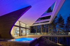 Irtó merészen görbül ez a ház az erdő közepén | Az online férfimagazin