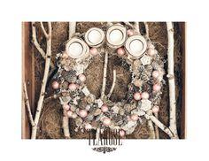 Ezüst és halvány rózsaszín adventi koszorú tobozokkal és rózsaszín karácsonyi gömbökkel | silver and pale pink advent wreath with cones and pink Christmas balls