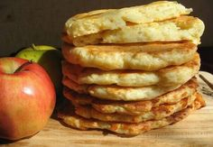 Творожно-яблочные лепешки🔹  🔸Итого на 100 грамм - 107.88 ккал:🔸 Белки- 17.74 🔸Жиры - 1.74🔸Углеводы - 4.35🔸  Нежное сочетание творога и яблок. Такие лепешки идеально подойдут для завтрака! Готовятся очень просто. Обязательно попробуйте.   Ингредиенты:  • Творог обезжиренный - 200 г • Яблоко - 80 г • Яйцо - 1 шт • Отруби (перемолотые) - 15 г • Разрыхлитель 2 г  Приготовление:  Творог смешать с яйцом в блендере. Яблоко потереть на терке и добавить в творожную массу, туда же отруби и…