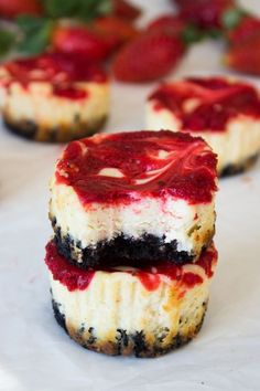 Mini Strawberry Swirl Cheesecakes - These fruity cakes pair fresh strawberries with sweet cheesecake and Oreo crust for a delicious dessert that only looks complicated. Easy To Make Desserts, Mini Desserts, Just Desserts, Delicious Desserts, Food To Make, Dessert Recipes, Yummy Food, Strawberry Swirl Cheesecake, Mini Cheesecake Recipes