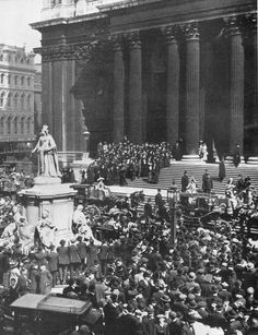 The crowd outside St Paul's Cathedral in London on 19 April 1912 after a memorial service for victims of the Titanic tragedy. (Topham/Topham Picturepoint/PA Images)