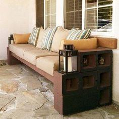 Sofá con bloques de cemento y listones de madera