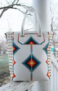 Choosing The Perfect Handbag That's Suitable For All Season - Best Fashion Tips Native Beadwork, Native American Beadwork, Native American Fashion, Native Fashion, Beaded Purses, Beaded Bags, Cheap Handbags, Purses And Handbags, Ladies Handbags