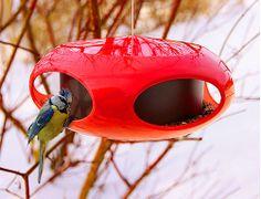 Современная кормушка для птиц