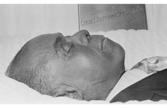Louie Armsrtong 32 Tragic Photos Of Open-Casket Funerals For Black Celebrities (Slide - Blackbeat Black Celebrity News, Celebrity Deaths, Celebrity Pictures, Woodstock Photos, Post Mortem Pictures, Post Mortem Photography, Famous Graves, Louis Armstrong, Rock Concert