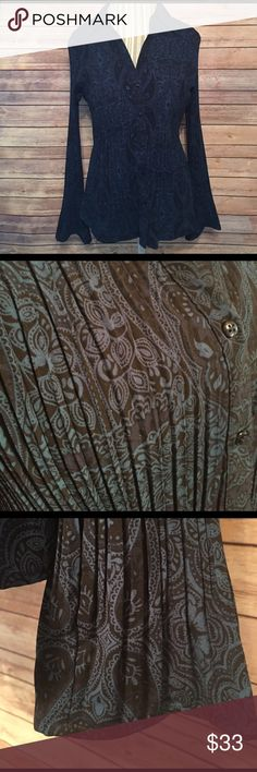 Apt. 9 Size XL Paisley Button Down NWOT. Apt. 9 Size XL Paisley Button Down with pleats. The cuffs are a flared out with out pleats opening up at the wrist. Made from 96% Polyester and 3% Spandex this top is flattering to all curves. Apt. 9 Tops Button Down Shirts