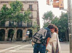 Besos que se escapan entre las luces de un semáforo // Barcelona by migueltoribio