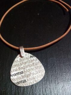 Colgante de chapa de plata artesanal personalizada. Joyería