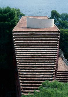Casa Malaparte by Curzio Malaparte and Adalberto Libera, Isle of Capri, Italy Fascist Architecture, Architecture Plan, Architecture Details, Isle Of Capri, Unusual Buildings, Facade Design, Brick Design, Capri Italy, Famous Architects
