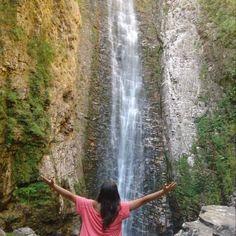 Cerrado e longas as trilhas levam até a Cachoeira do Segredo, uma das mais belas da Chapada dos Veadeiros, em Goiás. Um lugar ideal para conhecer a fauna e flora da região e curtir um turismo de aventura! Emoticon sunglasses Foto: @poraidemochila Junte-se ao nosso time marcando o @mturismo no Instagram ou use a hashtag #MTur em suas fotos para participar de nossa galeria. #PartiuBrasil #PartiuGO