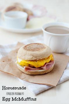 super easy to make breakfast idea: freezer friendly egg mcmuffins - a grand idea! English Muffin Breakfast, Breakfast Muffins, Breakfast Sandwiches, Breakfast Recipes, Breakfast Ideas, Breakfast Healthy, Breakfast Burritos, Breakfast Casserole, Breakfast Quesadilla