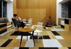 Drewniany pachwork plus białe Windsory - patent na mocne wnętrze. Kawiarnia Relax w Warszawie.