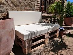 Extra seating position with DIY furniture at Garden - armchair, sofa or bench in pallet 75 Photos - TrendsForLadies Diy Furniture Covers, White Furniture, Pallet Furniture, Outdoor Furniture, Outdoor Decor, Banquette Palette, Table Palette, Palette Diy, Turquoise Cushions