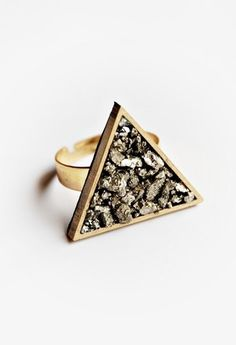 pyrite triangle ring / BoutiqueMinimaliste -so ffreakingg cute- Triangle Ring, Triangle Earrings, Jewelry Accessories, Jewelry Design, Women's Jewelry, Jewelry Ideas, Dainty Ring, Geometric Jewelry, Unique Rings