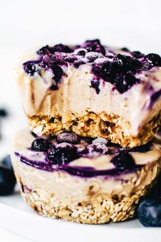 No-Bake Mini Blueberry Cheesecakes - Vegan Cheesecake Recipes Vegan Cheesecake, Blueberry Cheesecake, Cheesecake Recipes, Cheesecake Bites, Scones Vegan, Vegan Dating, Desserts Sains, Snacks Saludables, Cupcake