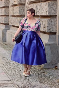 Lu zieht an.® - fitted floral blouse with full blue pleated midi skirt