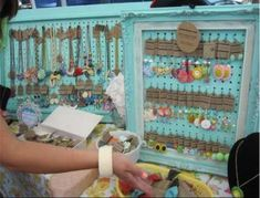 Get inspired and design your next vendor booth in a way that excites and engages with customers. Check out Pin It Expo's roundup of ten jewelry display ideas sure to inspire sales. Craft Show Booths, Craft Booth Displays, Booth Decor, Display Ideas, Booth Ideas, Flea Market Displays, Flea Market Booth, Flea Markets, Flea Market Crafts