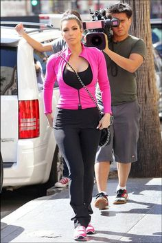 Kim kardashian workout clothes just a couple of days after the sheer black dress incident that had us clued in to kim kardashian s issue with some sort bra malfunction leggings kim kardashian workout clothes gym style sportswear for Kim Kardashian Workout, Look Kim Kardashian, Kim K Style, Gym Style, Gym Clothes Women, Celebrity Style Inspiration, Athletic Outfits, Well Dressed, Juicy Couture