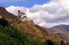 Castle in the sky: Yungbulakang Palace, Tibet di Fotopedia Editorial Team
