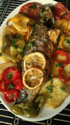 Daurade et légumes au four Senegalese Recipe, Yummy World, Fish Recipes, Healthy Recipes, Tunisian Food, Egyptian Food, Food Gallery, Fish Dishes, Fish And Seafood