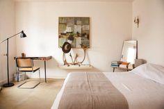 Insuffler l'esprit du Bauhaus - The Socialite Family Neutral Bedroom Decor, Modern Bedroom Decor, Contemporary Home Decor, Home Bedroom, Bedrooms, Bauhaus Interior, Bedroom Workspace, Retro Interior Design, Deco Design